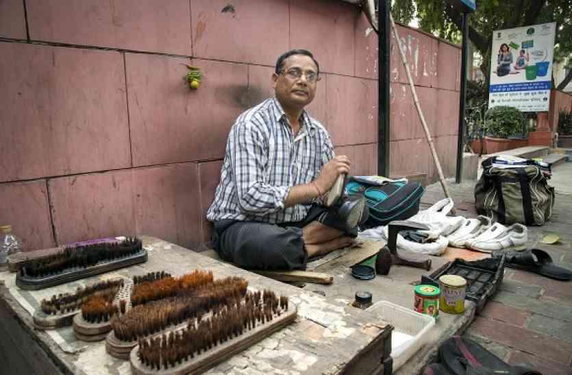 कभी करते थे राजस्थान में राजनीति, आज दिल्ली की सड़कों पर कर रहे हैं जूता पॉलिश