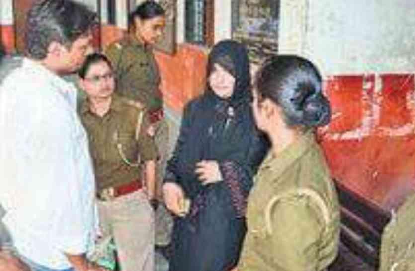 बुर्का पहन नामांकन करने पहुंची सपा की बागी उम्मीदवार महिमा गुप्ता, बताया जान को खतरा