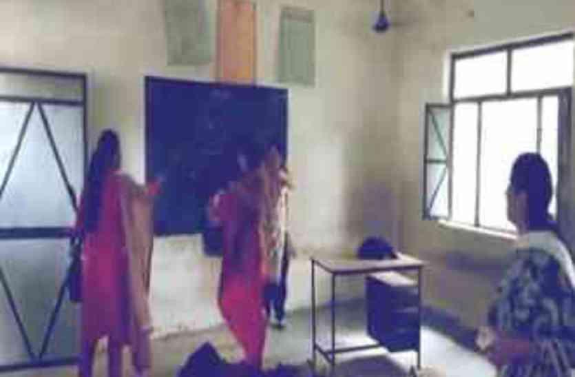 शिक्षिका ने स्कूल के अंदर की ऐसी हरकत सभी के उड़ गए होश, वीडियो हो रहा जमकर वायरल...