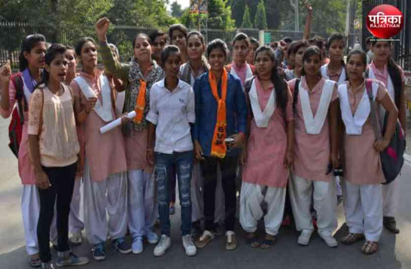 पद्मावती फिल्म प्रदर्शन पर लगे रोक, छात्राएं सड़़कों  पर
