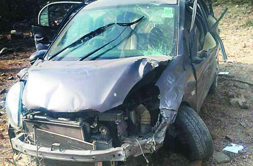 नाहरगढ पहाडी पर छात्रों की कार 70 फीट गहरी खाई में गिरी
