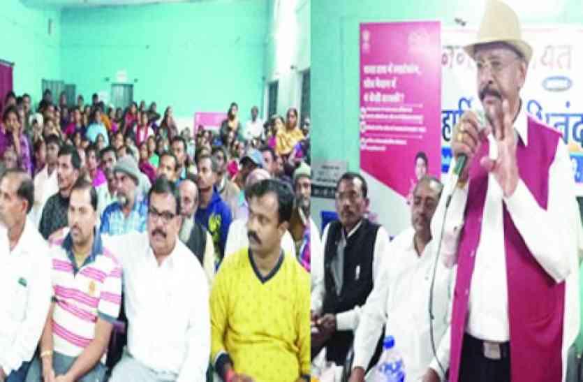 घर बचाने अनशन पर बैठे लोगों के बीच नोटबंदी का भाषण देने लगे रमन के ये मंत्री
