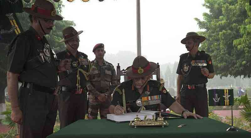 आर्मी चीफ ने शहीद जवानों को किया नमन