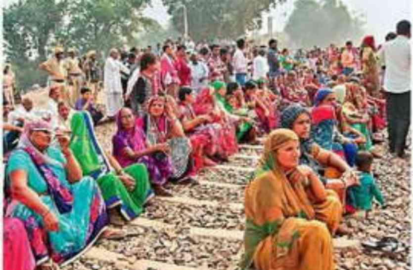 घने कोहरे में रेलवे ट्रैक पर ट्रक की चपेट में आने से महिला की मौत, लोगों ने लगाया जाम