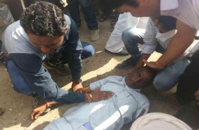 shocking news : किसानों की भीड़ देखकर बेहोश हो गए मंडी अधिकारी, पहुंचाया अस्पताल, देखे वीडियो