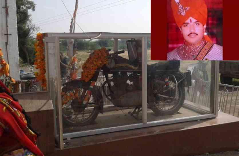 राजस्थान का चमत्कारी मंदिर जिसमें बुलेट की हाेती है पूजा, यहां हर वाहन चालक लगाता है धाेक
