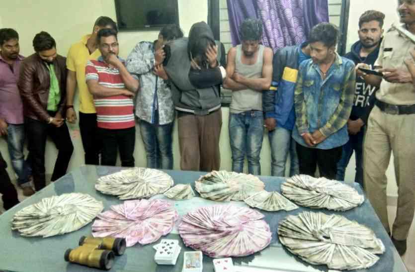 देखिए वीडियो: यहां पुलिस ने खेला जुआ और 11 लोगों को कंगाल कर समेटा लाखों रुपए