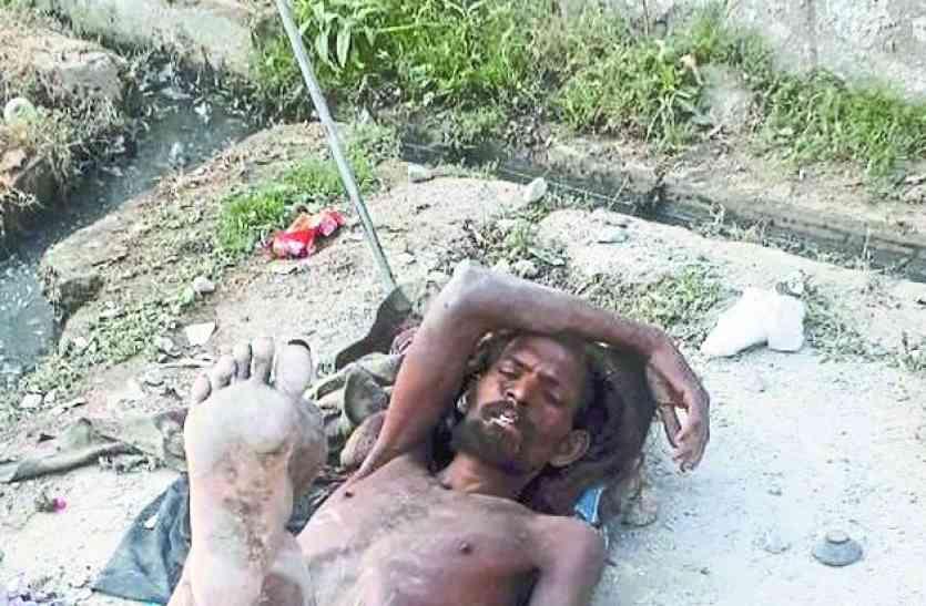 उदयपुर अशोक नगर के पॉश इलाके में छह दिन से नग्न पड़ा रहा ये आदमी, कोई नहीं आया मदद को, आखिरकार इन्होंने कराया अस्पताल में भर्ती