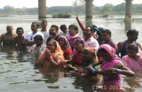 CM जी ये आपके क्षेत्र की महिलाएं हैं, जो पीने के पानी के लिए कर रहीं जल सत्याग्रह