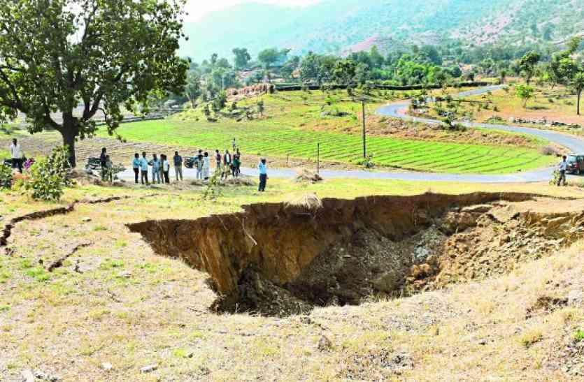 लापरवाही उजागर: चार वर्ष में धंसी टनल, बना गड्ढ़ा,करनाली से डामरवाड़ा के बीच सडक़ किनारे टीले पर हुई घटना