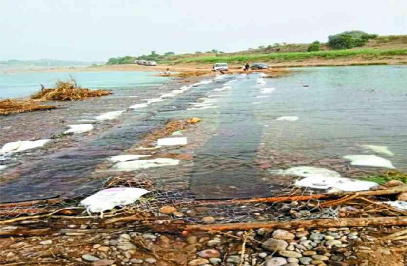 रेत माफिया ने नदी में बना लिया था पहुंच मार्ग, हटाकर नदी में ही बहाया