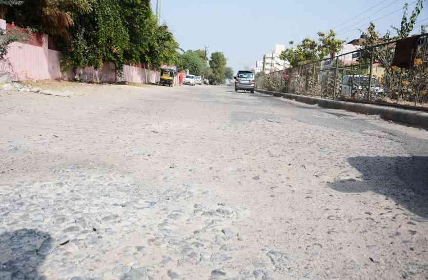 बदहाल सड़क: जगह-जगह गड्ढे, बीच राह निकले पत्थर