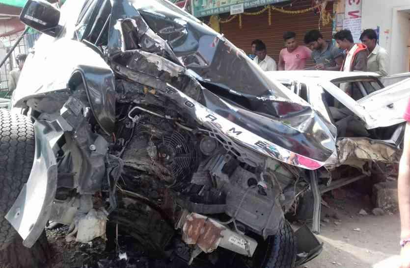 पेड़ से टकराई कार, पिचक गया इंजन, तीन गंभीर