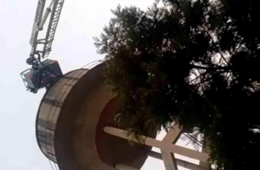 घर वालों ने डांटा तो पानी की टंकी पर चढ़ी 14 साल की लड़की और किया यह ड्रामा, देखें वीडियो