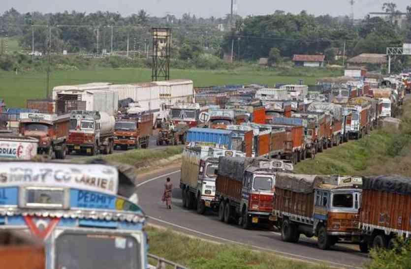 अटके दिल्ली जाने वाले ट्रक, हाइवे पर कई किलोमीटर की कतार
