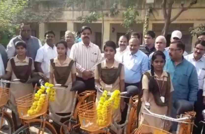 साइकिल पाकर 24 बेटियों के चेहरे खिल उठे, तो सोडाला स्थित सरकारी स्कूल को मिला ये सौगात