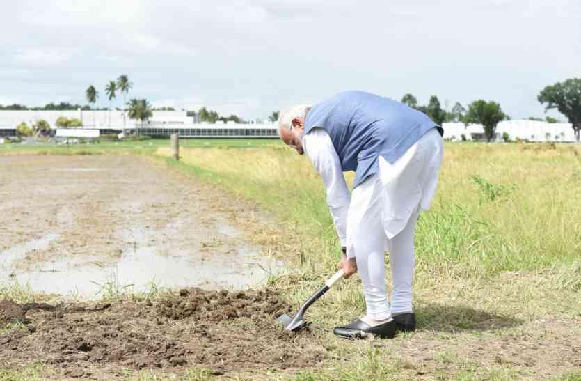 आसियान: फिलीपींस में पीएम मोदी ने चावल के खेत में चलाया फावड़ा