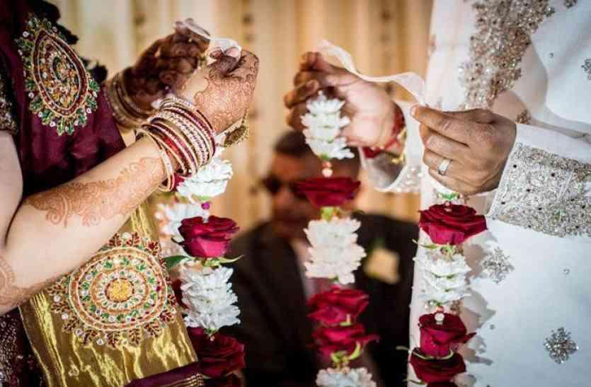 विदेशी कपल को रास आई भारतीय संस्कृति, तो देसी अंदाज में अग्नि को साक्षी मान रचाई शादी