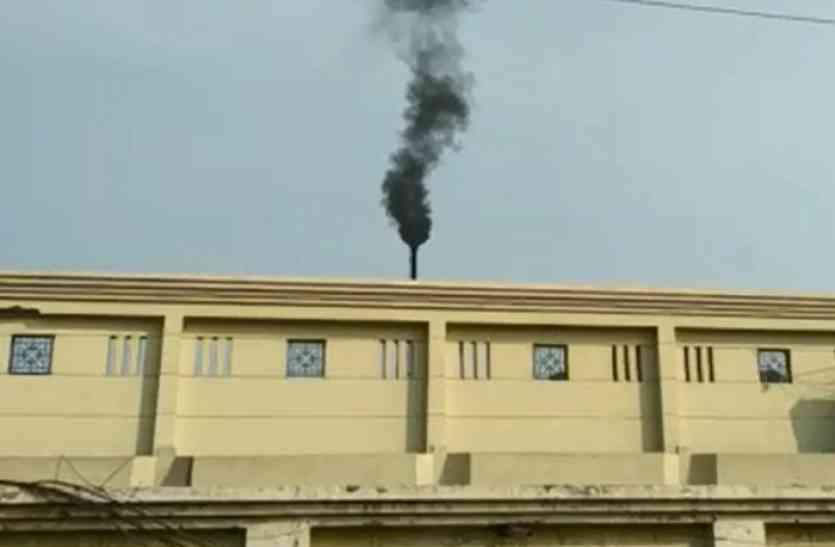 औद्योगिक क्षेत्र की चिमनियां उगल रही है जहर, प्रदूषण नियंत्रण देख रहा है तीसरी मंजिल से