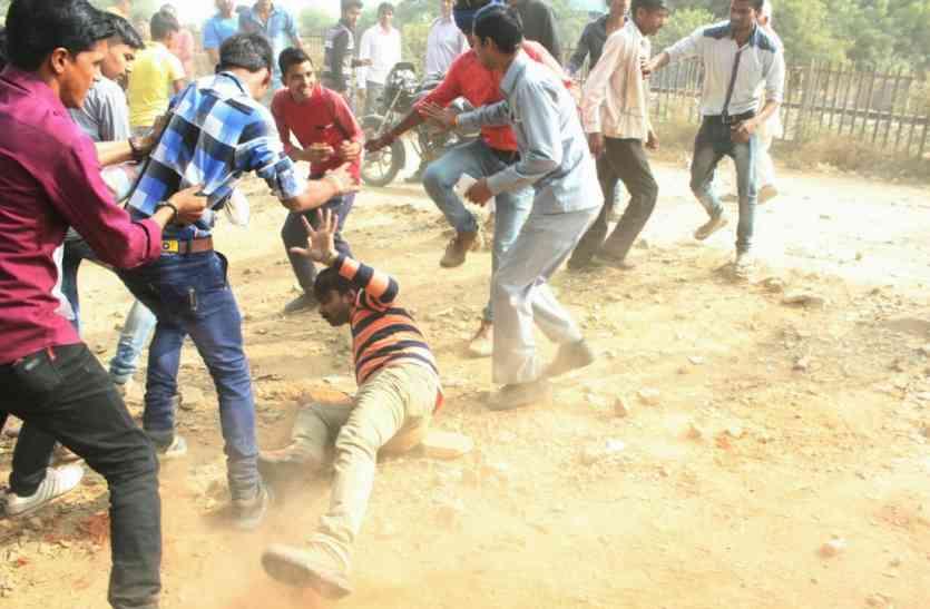 धारा 144 का उल्लंघन, उपद्रवियों राहगीरों को पीटा