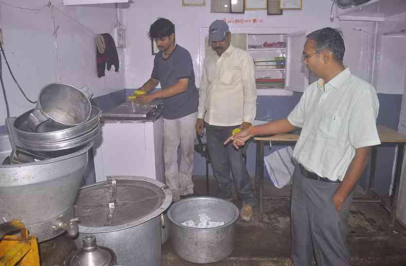 शहर की बड़ी डेयरी कमल और विनोद में दूध की जांच