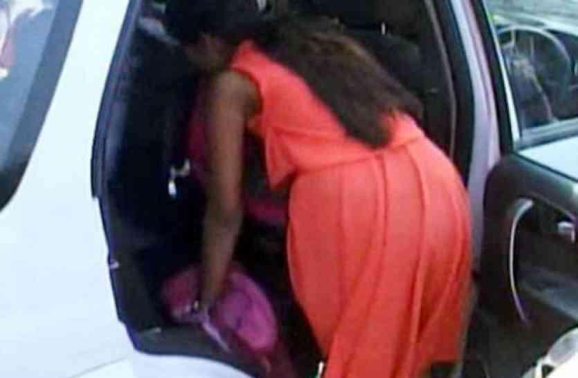 स्कूल की ड्रेस बदलकर गार्डन पहुंचे छात्र, अनैतिक काम करते हुए रंगेहाथ पकड़ाए
