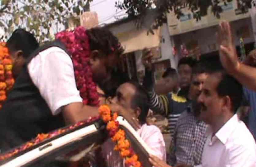 भाजपा मेयर प्रत्याशी की गाड़ी के आगे खड़े हो गए लोग, बोले विकास नहीं तब तक वोट नहीं, देखें वीडियो