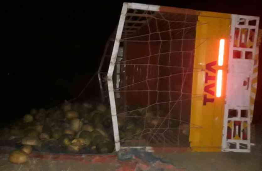 कुम्हड़ा लोड मिनी ट्रक पलटा तो खुला ऐसा राज जिसे देखकर पुलिस के भी उड़ गए होश