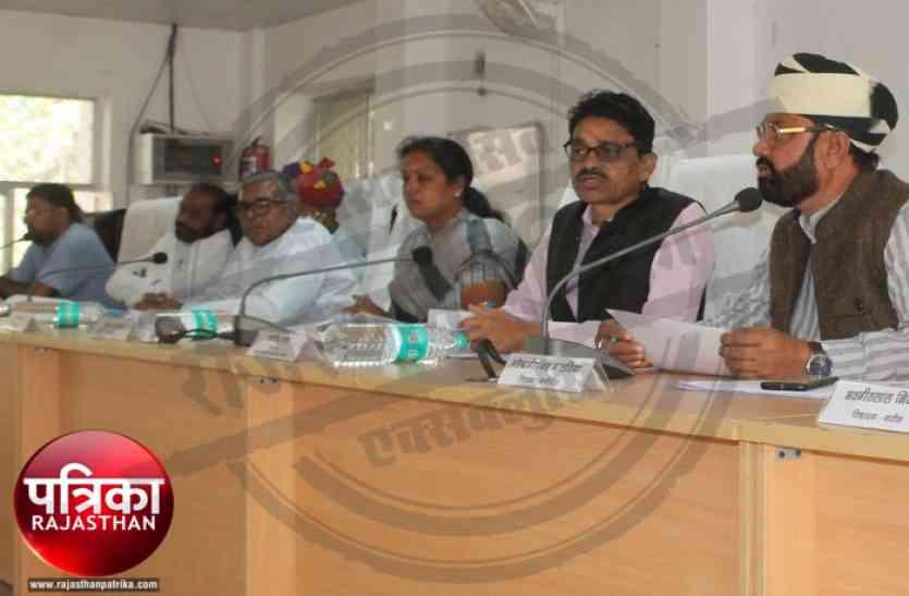 Video : बांसवाड़ा : विधायक ने अफसरों को कहा चोर, राज्यमंत्री ने कहा मुर्गा बना दूंगा