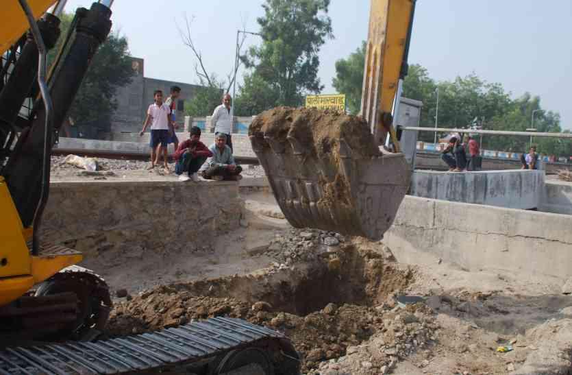 अंडरब्रिज का दर्द मिटाने नगर परिषद रेलवे ने संभाली बागडोर...