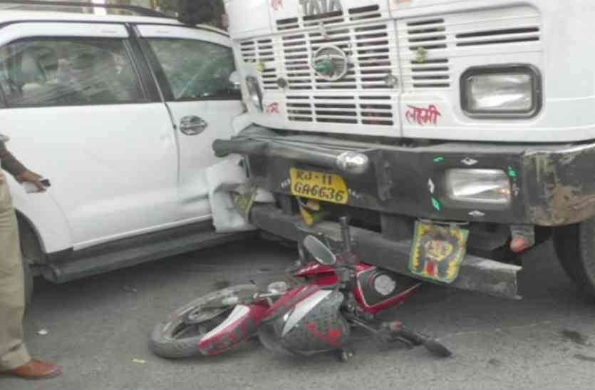 बीजेपी सांसद साक्षी महाराज की गाड़ी से टकराया टैंकर, बाइक सवार भी आया चपेट में