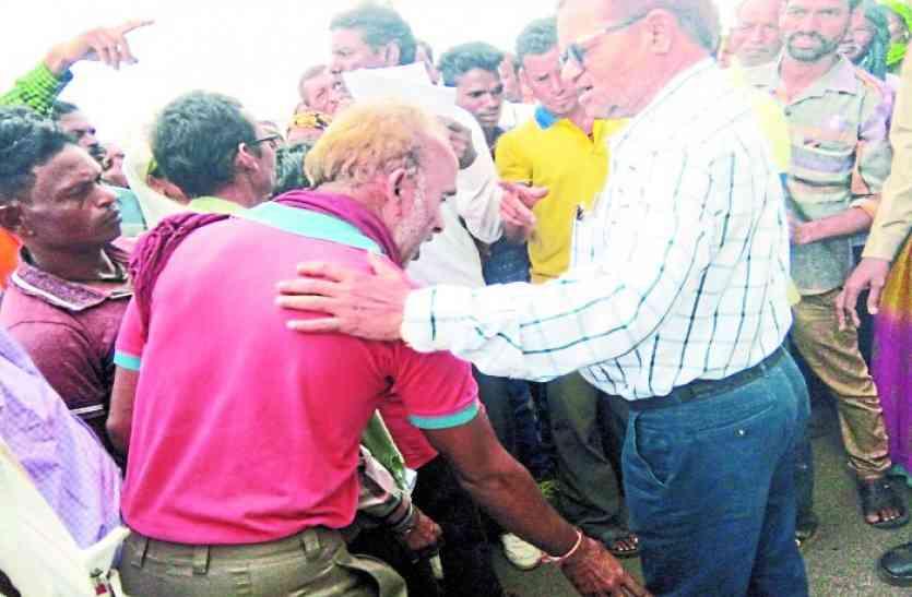 जब बालोद कलेक्टर को आया गुस्सा तब ग्रामीणों ने पैर पकड़कर कहा, साहब अब हमें मुक्ति दे दो..