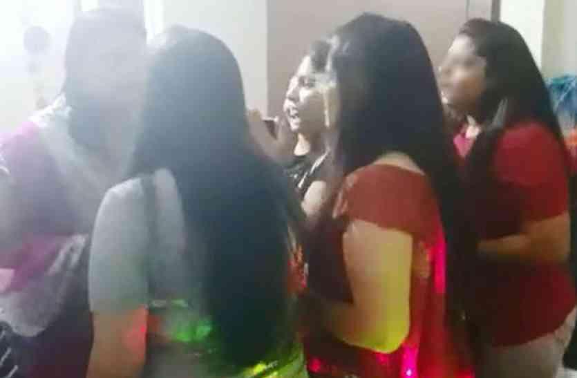 बंद कमरे में लड़कियां इस तरह मना रही थी बर्थ-डे पार्टी, अचानक घुसे लड़कों ने किया ये काम