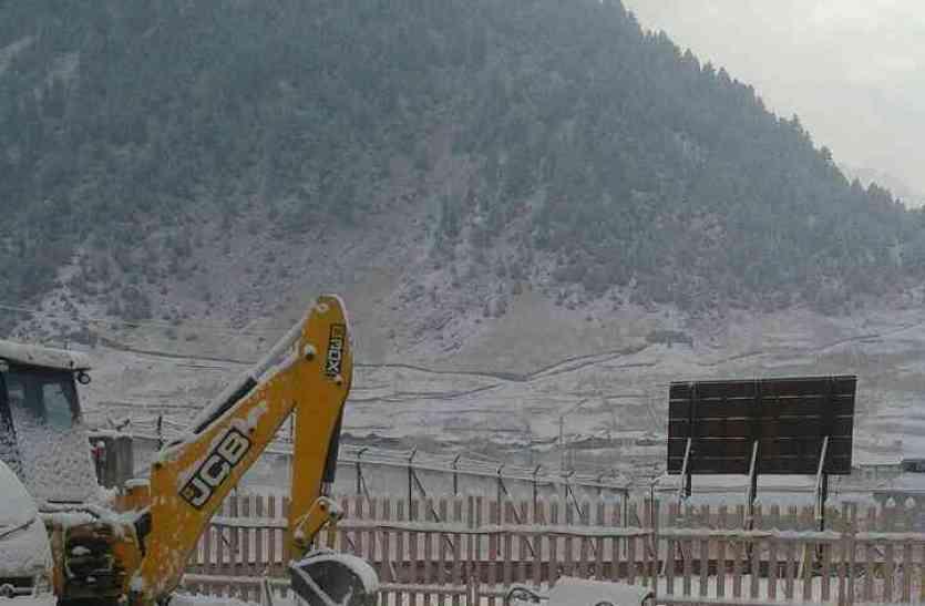 कश्मीर घाटी में हुई पहली बर्फबारी, तस्वीरों को देख आप भी हो जाएंगे जन्नत के दिवाने