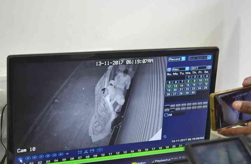 चोरी का नया फंडा..पहले किया शोरूम पर बैनर लगाने का नाटक, फिर शटर खोलकर उड़ाए मोबाइल