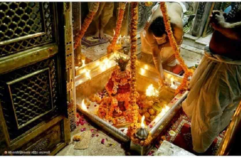 श्री काशी विश्वनाथ मंदिर में दबंगई, पूजा के दौरान गर्भ गृह से इन्हें किया बाहर