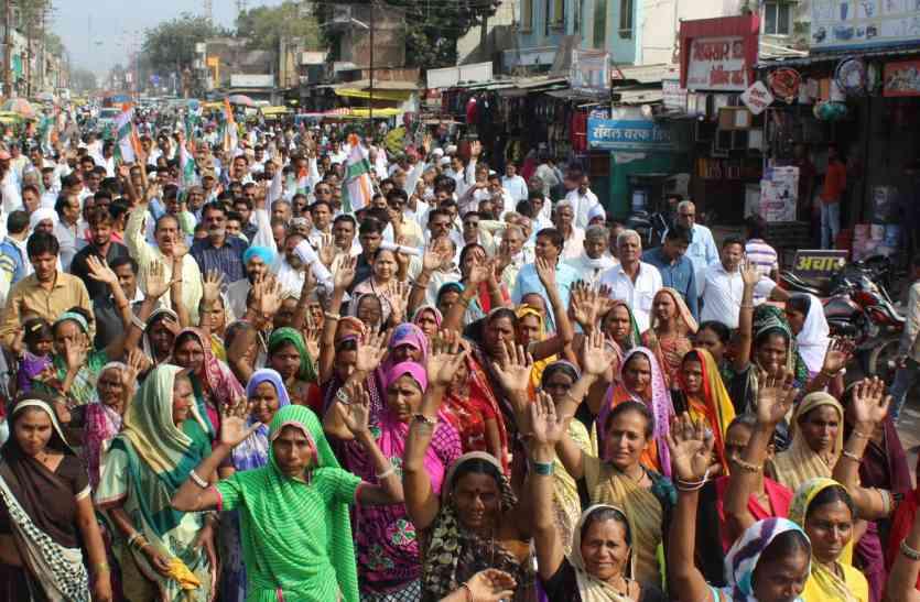 किसान व कांग्रेस कार्यकर्ताओं ने सरकार के फैसले के खिलाफ निकाली रैली