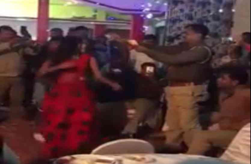 बार बालाओं के साथ यूपी पुलिस के सिपाहियों ने लगाए ठुमके, वीडियो हो रहा वायरल