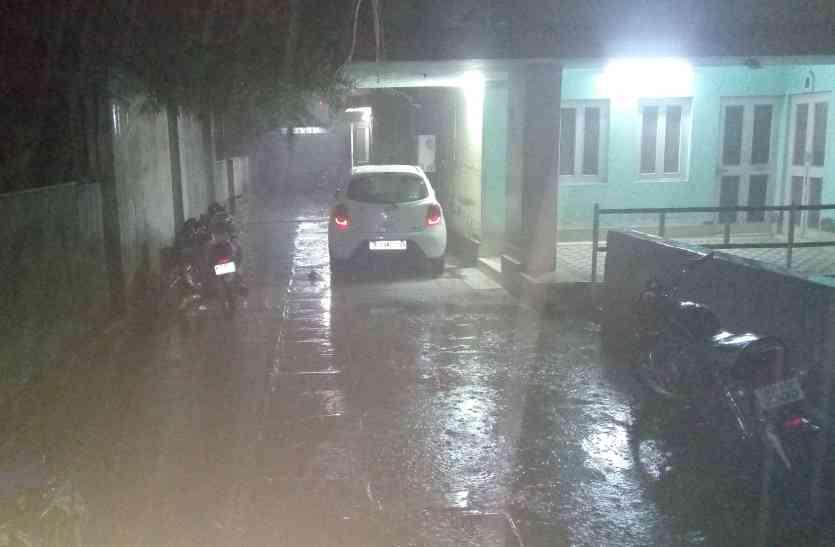 दिन में कोहरा, रात को बारिश : साढ़े चार डिग्री गिरा पारा