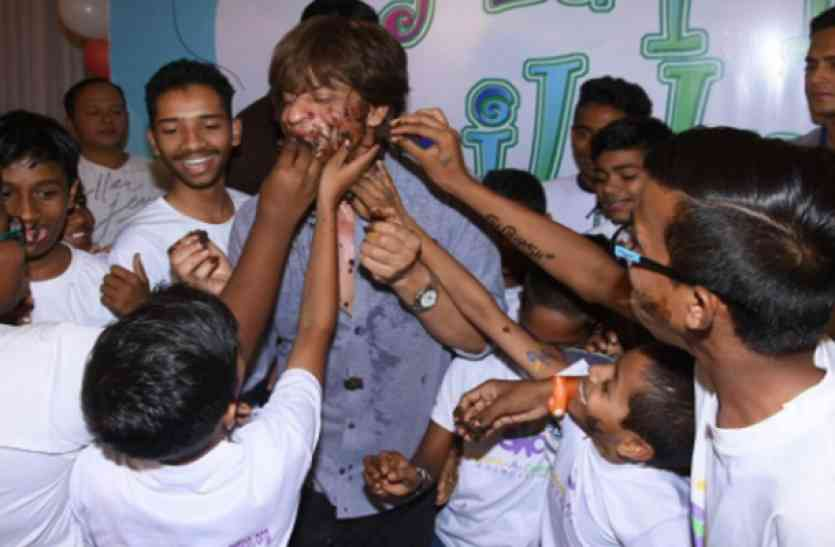 CHILDRENS DAY: जब स्कूल के बच्चों ने लगाया शाहरुख के मुंह पर चॅाकलेट केक...देखें तस्वीरें