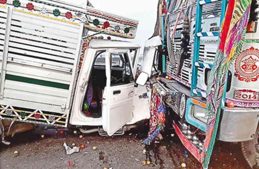 कोहरे में ट्रक और लोडर की हुई भिड़ंत, चार लोग हुए गंभीर रूप से घायल