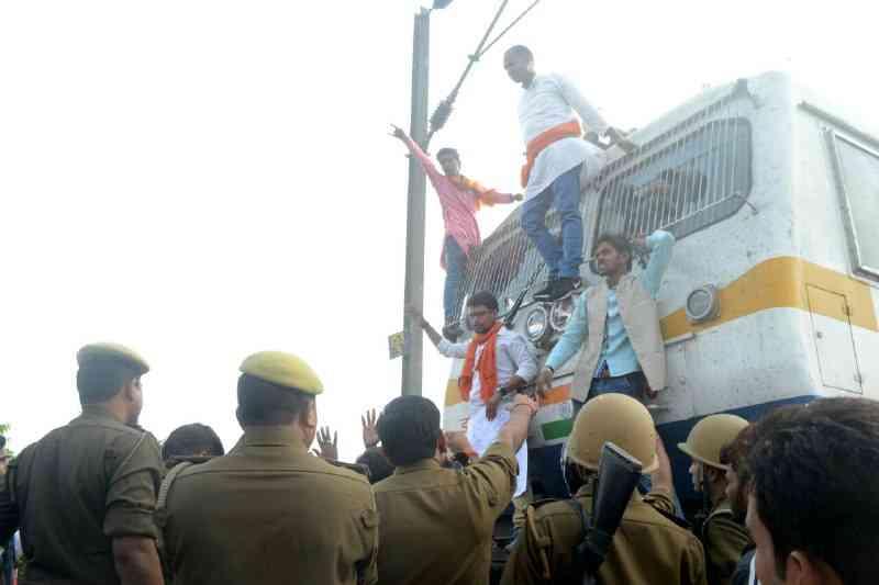 फि़ल्म पद्मावती के विरोध में सड़क पर उतरी क्षत्रिय सेना, ट्रेन रोक कर जताया विरोध