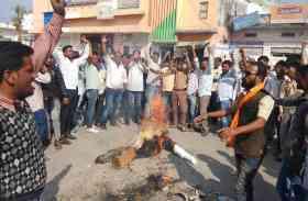 Padmavati फिल्म के विरोध में सर्व समाज हुआ एकजुट, ग्रामीणों ने चौराहों पर फूंके भंसाली के पुतले, किया प्रदर्शन, देखे  VIDEO