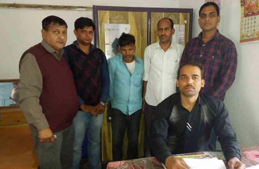 किसान से 5 हजार रुपए की रिश्वत लेते जेईएन और हेल्पर गिरफतार, ऐसे लूट रहे थे गरीब किसानों को..