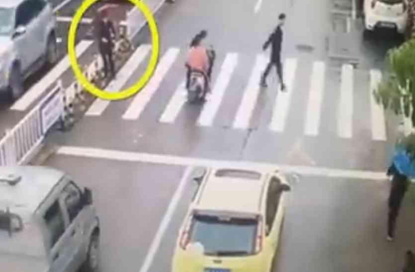 व्यस्त सड़क को पार करने में बुजुर्ग महिला को हुई दिक्कत, कार सवार ने जो किया वो गजब था!