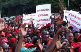 जिम्बॉब्वे: हरारे में रॉबर्ट मुगबे के खिलाफ सड़कों पर उतरे लोग, कहां जल्द दें इस्तीफा