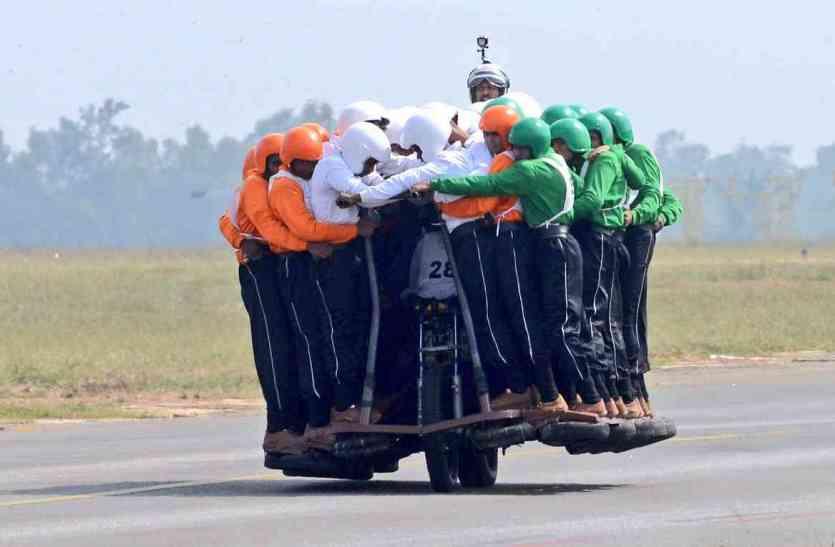 भारतीय सेना ने बनाया विश्व रिकॉर्ड, 58 जवानों ने एक मोटरसाइकिल पर की सवारी
