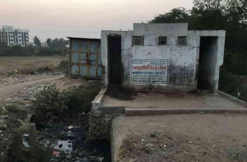 सफाई की दुहाई देने वाले पीएम मोदी का गांव ही है गंदा, देश कैसे होगा स्वच्छ