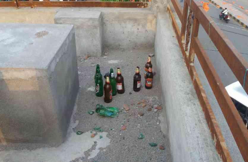कॉम्प्लैक्स बना शराबियों का अड्डा