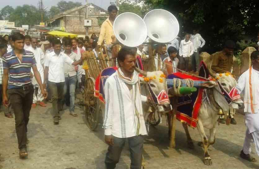 आंदोलन करने बैलगाड़ी लेकर पहुंचे किसान